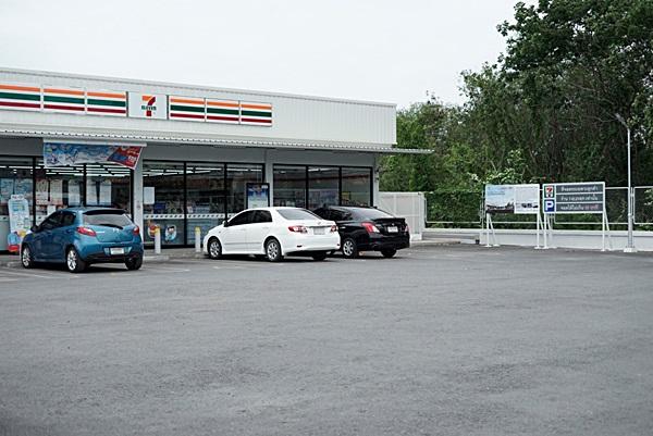 """""""ถนนจากขยะพลาสติกรีไซเคิล"""" หน้าร้าน 7-Eleven 2 สาขา นำร่องช่วยแก้ปัญหาขยะแล้ว"""