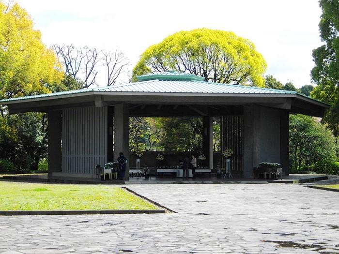 <i>ศาลาสักการะ ณ สุสานแห่งชาติ ชิโดริงาฟูชิ กรุงโตเกียว ประเทศญี่ปุ่น (ภาพจากวิกิพีเดีย) </i>