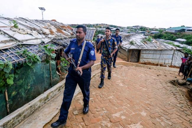 ตำรวจบังกลาเทศเดินลาดตระเวนภายในค่ายผู้ลี้ภัยกุตุปะล่อง.