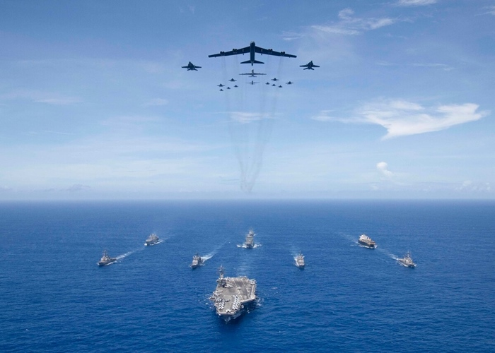 <i>(ภาพจากแฟ้ม) เรือบรรทุกเครื่องบิน โรนัลด์ เรแกน  นำขบวนหมู่เรือรบ  และเครื่องบินรบของสหรัฐฯ  ระหว่างการซ้อมรบในทะเลฟิลิปปินส์ เมื่อวันที่ 17 กันยายน 2018 </i>