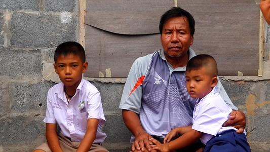 ผู้ว่าฯนครพนมนำทีมบูรณาการลงพื้นที่ช่วย3ปู่อัมพาตเลี้ยงหลาน2ชีวิต