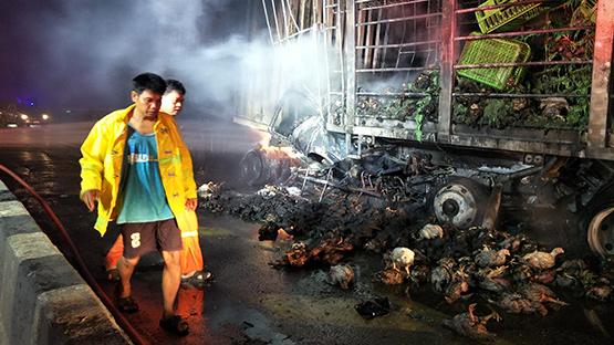 รถเทรลเลอร์อัดท้ายรถบรรทุกไก่สด ไฟลุกท่วมคลอกดับ 2 ศพ