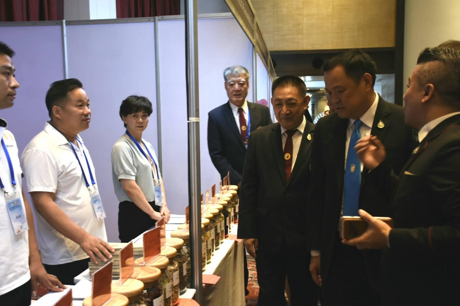 """""""อนุทิน"""" เผยจีนเล็งตั้งโรงงานผลิตยา-อาหารจากสมุนไพรจีน สร้างงาน สร้างรายได้คนไทย"""