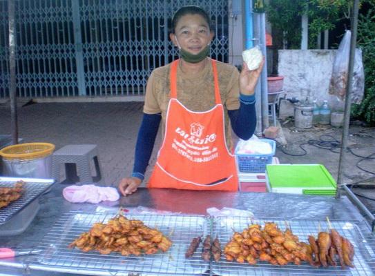 แม่ค้าข้าวเหนียวหมูปิ้งเมืองย่าโม  ยันขายข้าวเหนียวห่อละ 5เท่าเดิม