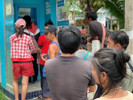 พี่น้องชนเผ่าเหมารถลงดอยแม่ฮ่องสอน ต่อแถวกดเงินช่วยคนจนเกลี้ยงตู้แบงก์กรุงไทย 3 อำเภอ