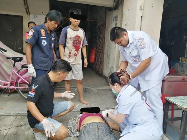 หนุ่มแค้นถูกสาวใหญ่เพื่อนบ้านร้องเรียนเมียเย็บผ้าเสียงดัง เจอหน้าแทงดับ ลูก 2 คนเจ็บ