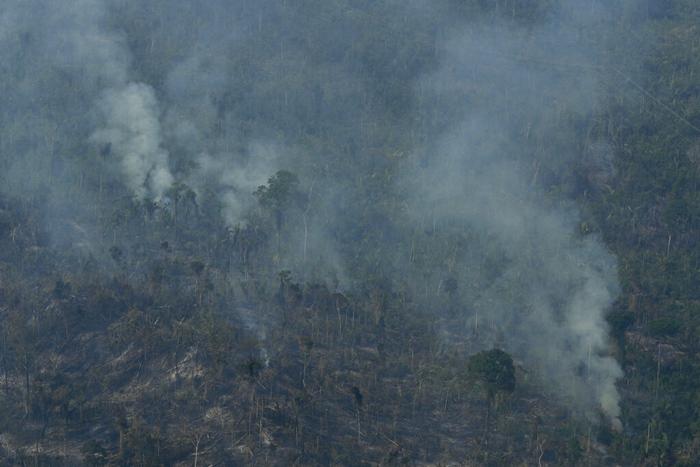 <i>พระเพลิงเผาวอดพื้นที่ใกล้ๆเมืองจาซี ปารานา รัฐรอนโดเนีย ประเทศบราซิล เมื่อวันเสาร์ (24 ส.ค.) </i>