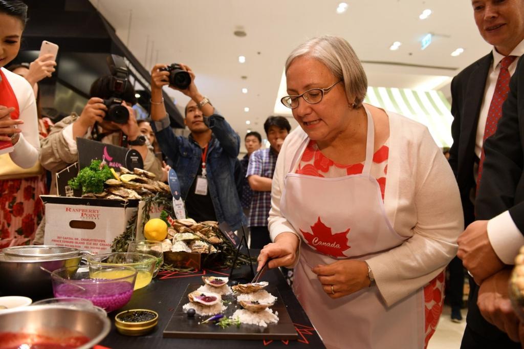ฯพณฯ โดนิกา พอตตี้ ร่วมปรุงเมนูจากหอยนางรมราสเบอร์รี่พอยท์และหอยนางรมพิงค์มูน