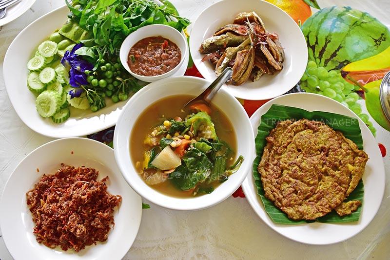 อาหารมื้อกลางวันจากฝีมือของชาวบ้าน