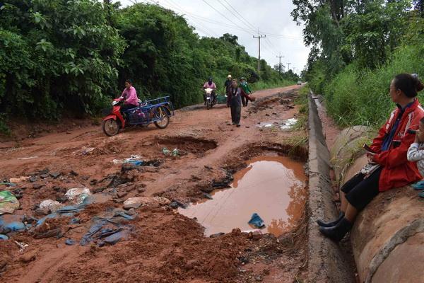 ฝนตกหนักน้ำป่าดงระแนงซัดถนนเชื่อม3ตำบลถูกตัดขาด