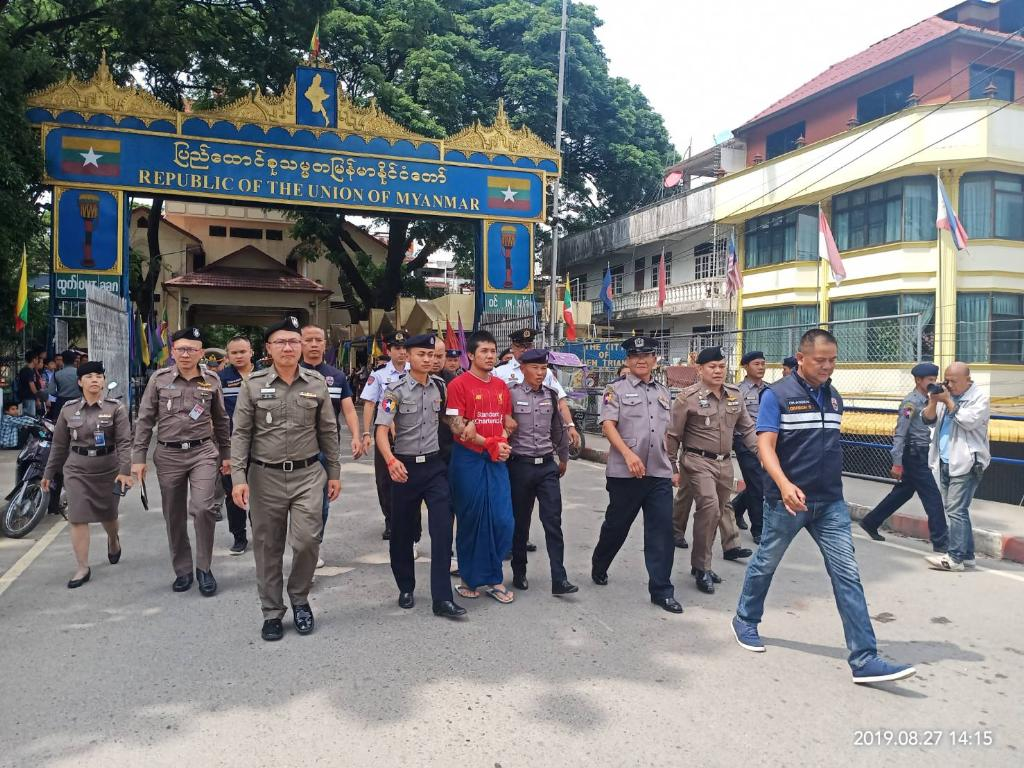 มาแล้ว ! ตำรวจเมียนมาส่งตัวมือรองหัวหน้าแก๊งค์มันทุกเม็ดให้ไทยแล้วหลังรวบได้คารพ.ท่าขี้เหล็ก