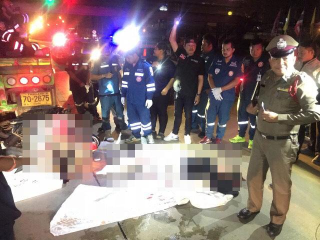 สลด!2หนุ่มสาวขับจักรยานยนต์พุ่งชนท้ายรถบรรทุกพ่วงจอดติดไฟแดงดับคาทีทันที 2 ศพ