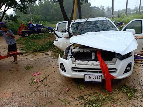 อีกครั้ง! ฝนตกถนนลื่นทำรถเพื่อนเจ้าบ่าวเสียหลักชนต้นไม้ริมทางที่พัทลุง