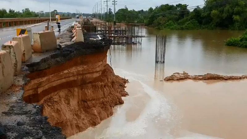 พายุโพดุลพัดคอสะพานเชื่อมระหว่างอำเภอขาด ทางหลวงเร่งซ่อมเปิดใช้งาน