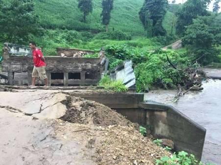 """น้ำป่าซัดสะพานฯตัดขาดชุมชนกะเหรี่ยงแม่ระมาด 3 หมู่บ้าน """"แม่สอด""""เจอน้ำล้นท่วมด้วย"""