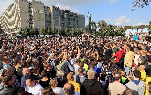 """ชาวรัสเซียหลายพันชุมนุมร้อง """"เลือกตั้งเสรี"""" กลางกรุงมอสโก"""
