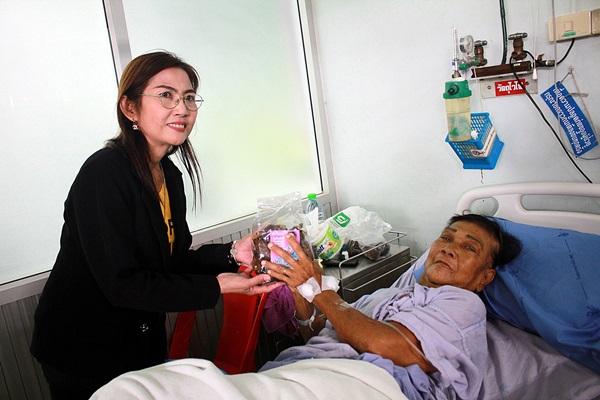ส.ส.ราชบุรี แจกมังคุด ให้ผู้ป่วย รพ.บ้านโป่งช่วยเกษตรภาคใต้ หลังราคาตกต่ำ