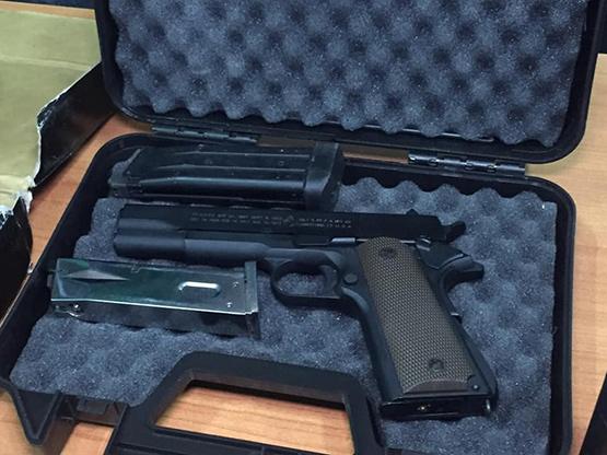 จับพ่อค้าลอบขายบุหรี่ไฟฟ้า-ปืนบีบีกัน ในตลาดกรีนเดย์