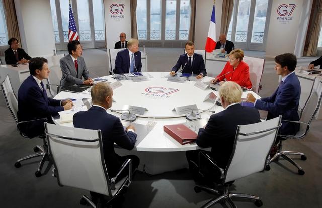 """ภาพกลุ่มผู้นำจี 7 ร่วมการประชุมงานใน """"ประเด็นเศรษฐกิจ การค้า และความมั่นคงระหว่างประเทศ"""" ในเมืองบียาริตส์ ภาคตะวันตกเฉียงใต้ของฝรั่งเศส เมื่อวันที่ 25 ส.ค."""