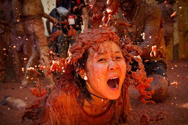 ผู้เข้าร่วมเทศกาลถูกโฉลมไปด้วยมะเขือเทศทั่วทั้งตัวในเทศกาลโตมาตินาประจำปีในเมืองเมืองบูโนล