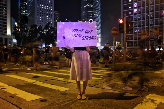 ผู้ประท้วงคนหนึ่งชูป้ายในการชุมนุม #MeToo  ในฮ่องกงเมื่อวันที่ 28 ส.ค. เพื่อประท้วงการล่วงละเมิดทางเพศโดยตำรวจต่อผู้ประท้วงหญิง
