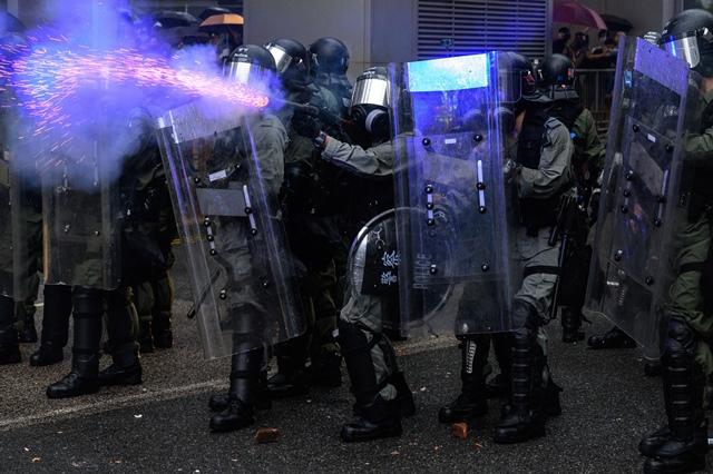 ตำรวจยิงแก๊สน้ำตาในระหว่างการประท้วงในเขตชวนหว่านของฮ่องกง เมื่อวันที่ 25 ส.ค.