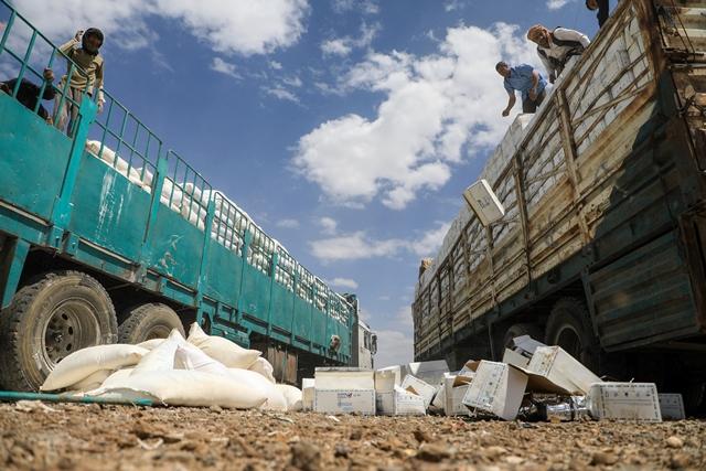 กบฏฮูตีในเยเมนกำลังทิ้งกล่องบรรเทาทุกข์ที่หมดอายุจากโครงการอาหารโลก (World Food Programme : WFP) ในกรุงซานา เมื่อวันที่ 27 ส.ค.