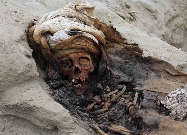 ภาพไม่ระบุวันที่จากกลุ่มแอนดินาเอเจนซีเผยให้เห็นศพของหนึ่งในเด็ก 227 คนที่ถูกใช้ป็นครื่องบูชายัญโดยชนเผ่าชิมูในเปรู