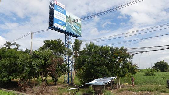 หญิงสูงวัย ผูกคอเสียชีวิตใต้ป้ายโฆษณาหมู่บ้านดังย่านบางคูวัด