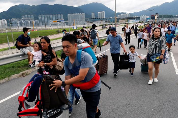 ม็อบฮ่องกงสกัดเส้นทางเข้าท่าอากาศยาน  หลายสิบเที่ยวบินถูกยกเลิก  หลังจากคืนวันเสาร์เกิดเหตุปะทะรุนแรงกับตำรวจ