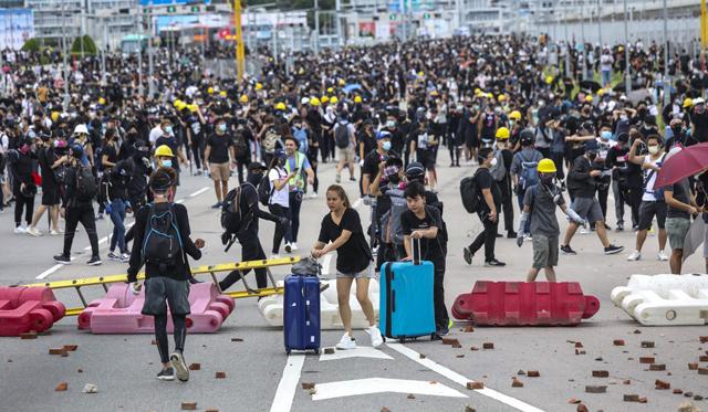 ผู้ประท้วงหลายพันคน ชุมนุมปิดกั้นถนนเข้าสนามบินฮ่องกง