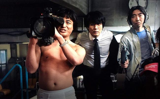 ยามาดะ ทากายูกิ (แบกกล้อง) รับบท โทรุ มุรานิชิ ในซีรีส์ The naked director