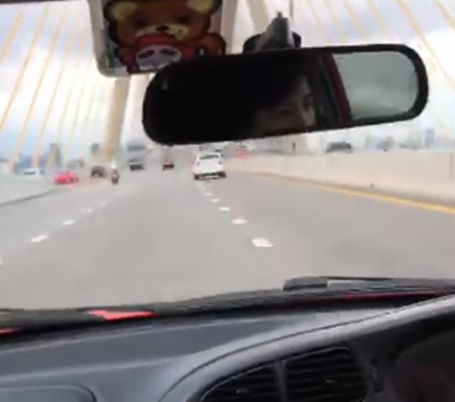 หนุ่มคะนอง! ขับรถซิ่งบนสะพานภูมิพล 2 ซ้ำในรถมีเด็ก หวั่นเดือดร้อนผู้อื่น (ชมคลิป)