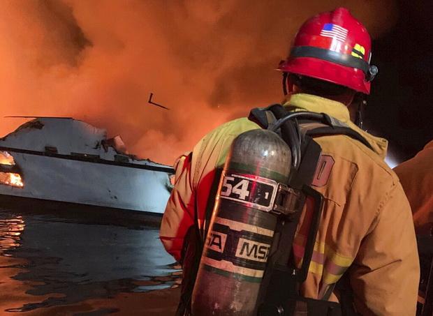 เรือพาดำน้ำลึกไฟลุกท่วมในแคลิฟอร์เนีย ตายและสูญหายหลายสิบชีวิต