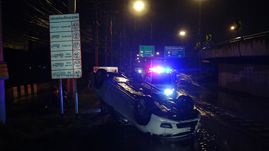 ฝนตกถนนลื่นรถเก๋งพลิกคว่ำเชิงสะพานย่านธัญบุรี คนขับรอดปาฏิหาริย์