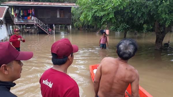 """""""บิ๊กตู่""""นัดลุยช่วยเหยื่อน้ำท่วมพิษณุโลก-สุโขทัยพรุ่งนี้ """"เสือไฟ""""ลุยน้ำซับน้ำตาผู้ประสบภัยอีกแรง"""