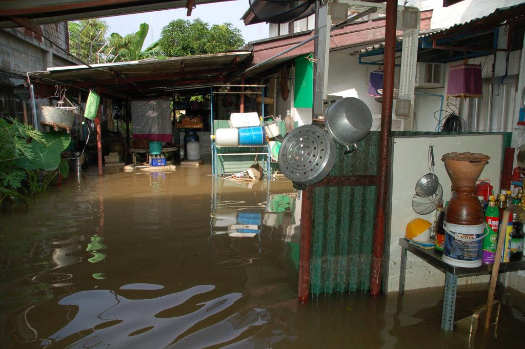 """จิตแพทย์แนะ 6 วิธี 3 ห้าม รับมือภัยน้ำท่วม """"พายุคาจิกิ"""""""