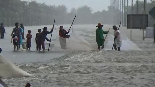 อุบลฯปิดถนนเพิ่มหลังถูกน้ำท่วม ขณะกู้ภัยกาชาดนำของช่วยเหลือชาวบ้าน