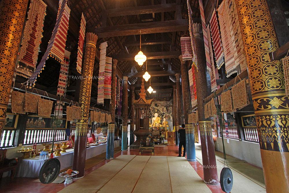 ภายในวิหารมีตุงและดอกไม้พันดวงที่แขวนไว้เพื่อเป็นพุทธบูชา