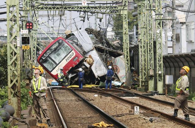 """""""รถไฟญี่ปุ่น"""" ชนรถบรรทุกเละกลางทางข้ามใกล้โตเกียว เจ็บ 35 ราย"""