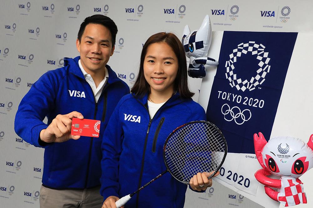 จากซ้ายไปขวา นายสุริพงษ์ ตันติยานนท์ ผู้จัดการวีซ่า ประจำประเทศไทย และ น้องเมย์ รัชนก อินทนนท์ นักกีฬาแบดมินตันชาวไทย