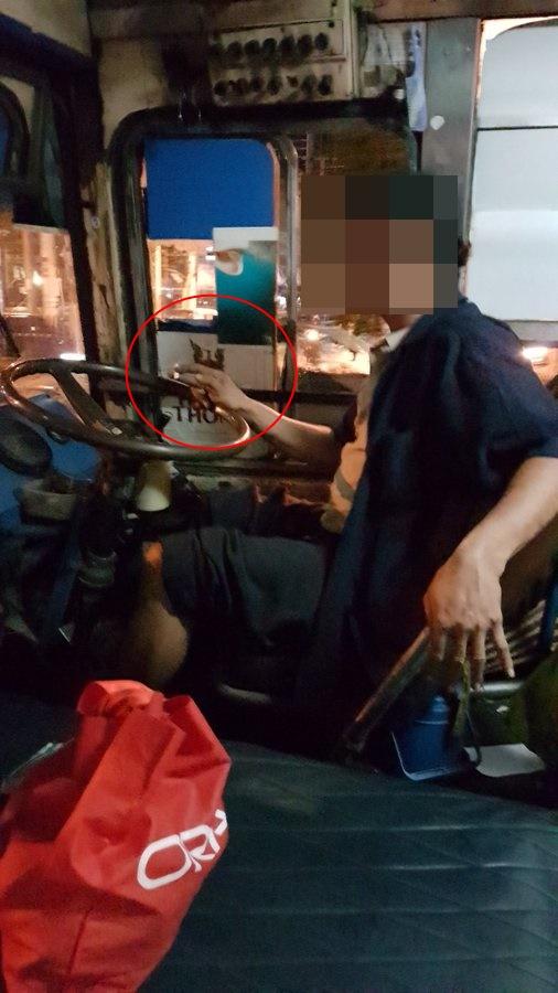 มาตรฐานอยู่ตรงไหน! หนุ่มโพสต์ภาพแฉโชเฟอร์รถประจำทาง สูบบุหรี่ภายในรถไม่เกรงใจผู้โดยสาร