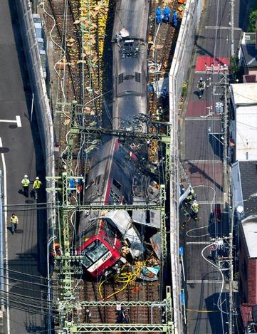 เผยนาทีระทึก รถไฟญี่ปุ่นชนสนั่นรถบรรทุก (ชมคลิป)