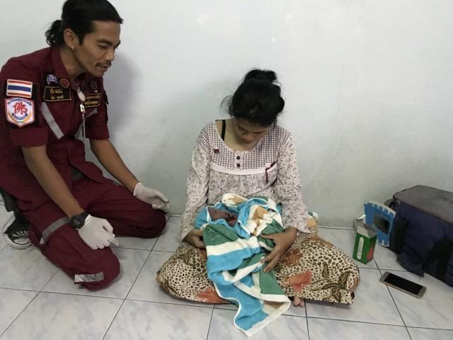 ระทึก! หญิงสาวคลอดลูกก่อนกำหนดในหอพัก กู้ภัยเข้าช่วยชีชีวิตปลอดภัยทั้งแม่และลูก