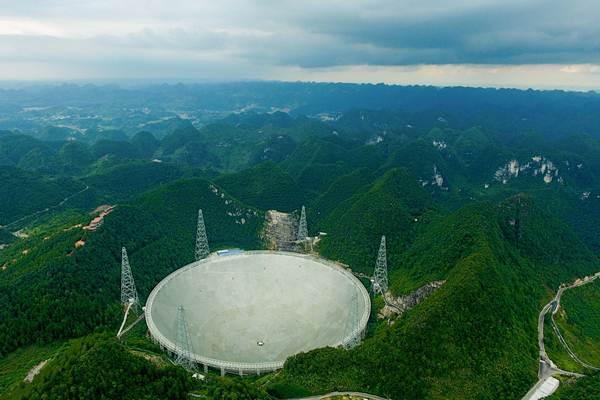 ฟาสต์ กล้องโทรทรรศน์วิทยุ มีขนาดใหญ่ที่สุดในโลก เส้นผ่าศูนย์กลาง 500 เมตร ตั้งอยู่กลางหุบเขาในอำเภอผิงถัง มณฑลกุ้ยโจว ภาพเมื่อวันที่ 9 มี.ค.2017-ซินหวา