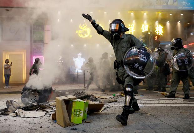 ตำรวจฮ่องกงยิงกระสุนยางใส่ม็อบปิดกั้นสถานีรถไฟใต้ดิน ชุมนุมต่อแม้รบ.ยอมถอนร่างกม.เจ้าปัญหา