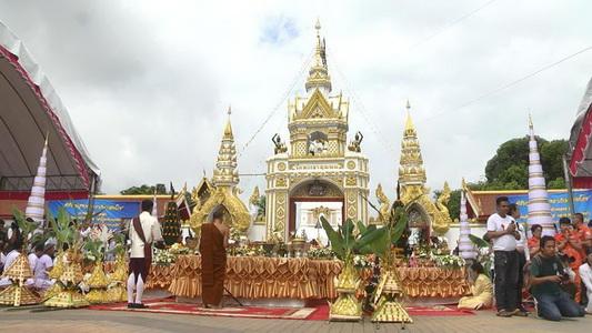 สาธุ!บูรณะยอดพระธาตุพนมในรอบ40ปี ยกยอดน้ำค้างทองคำหนัก 3 กิโลฯ
