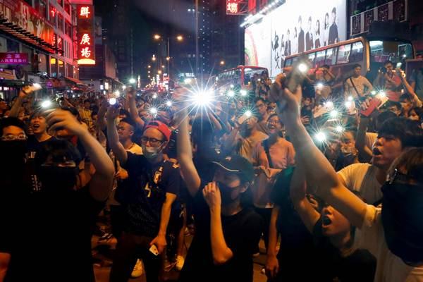 ผู้ประท้วงส่องแสงไฟที่นอกสถานีตำรวจมงก๊อก ฮ่องกง ภาพ 7 ก.ย. (ภาพ รอยเตอร์ส)