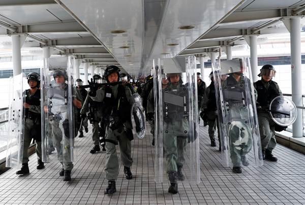 ตำรวจปราบจลาจลเข้ามาปราบการประท้วงที่ Tung Chung ภาพ 7 ก.ย. (ภาพ รอยเตอร์ส)