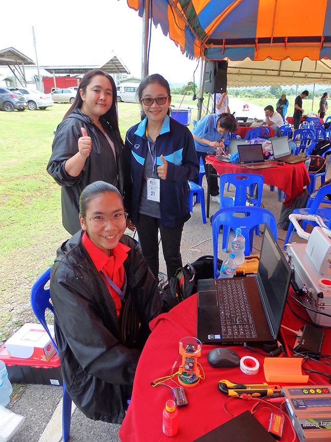 คุณครูสุถาพร สุดบนิด (คนยืนใส่แว่น) และ น้องอันนา แซ่เตีย ทีม YSP CANSAT – ROCKET